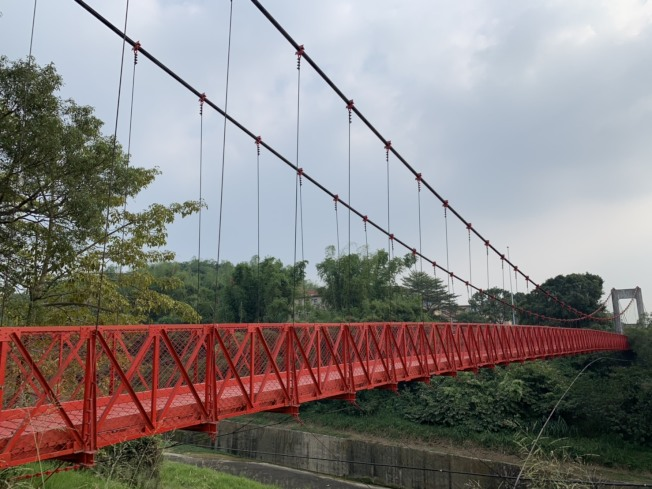 台南藝術大學與烏山頭水庫間的「跨虹吊橋」,封閉10多年後將重新開啟。記者吳淑玲/攝影