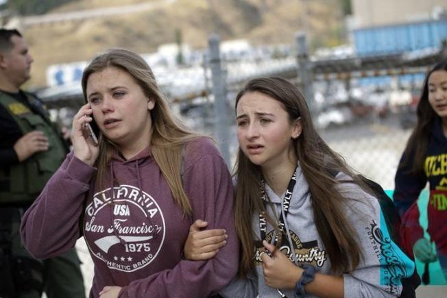 槍擊案發生後,學生在當地警方護送下撤離校園。(美聯社)