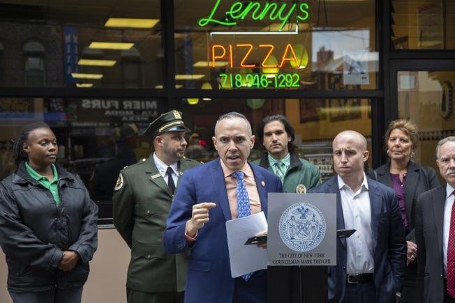 崔馬克(左三)、羅斯(左五)等人宣布將增加商業街道清潔力度。(崔馬克辦公室提供)