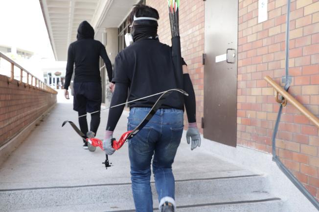 有媒體報拍到,香港理工大學抗爭學生持弓箭對付防暴警察。(中央社)