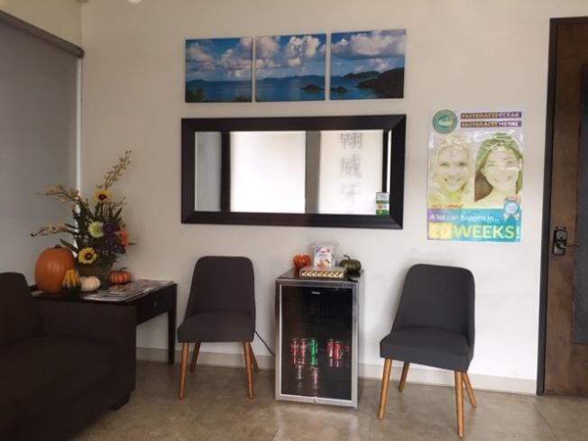 透過門窗可看到牙科診所內部環境。(記者楊青/攝影)