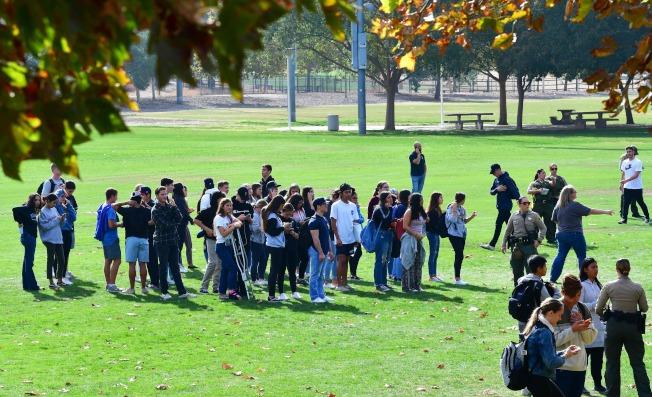 槍擊案發生後,警方將學生疏散到操場上,再分批帶離學校。(Getty Images)