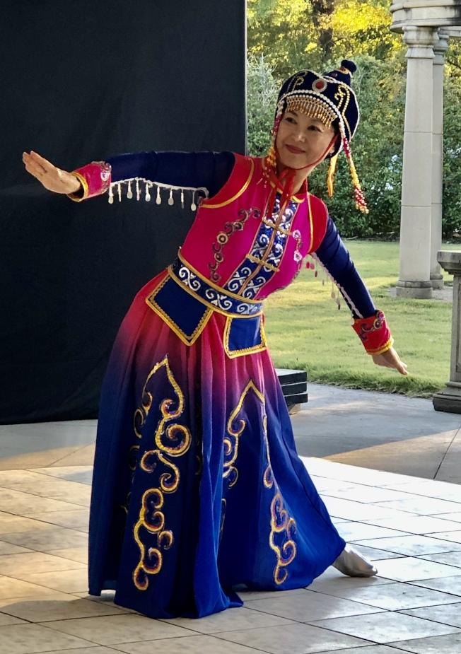 阿州中區華僑協會的張瀛月表演蒙古舞蹈。(記者王宇平/攝影)