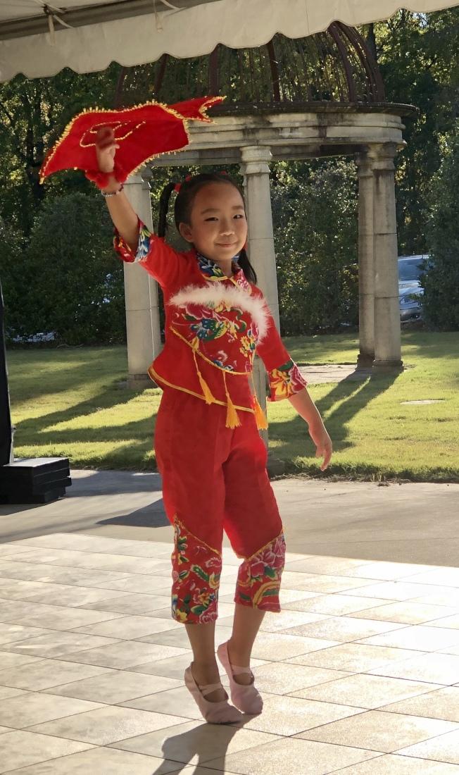 Emily Wang的「手絹舞」表演。(記者王宇平/攝影)