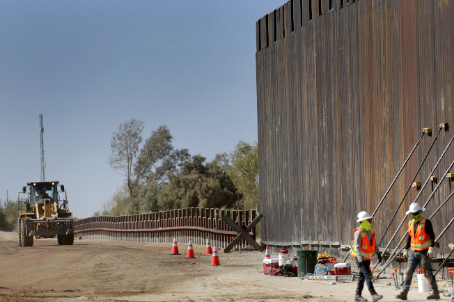 川普政府可能最快從本周開始強制徵收私人土地興建邊界牆。圖為工程人員在亞利桑納州修繕美墨邊界圍牆。(美聯社)