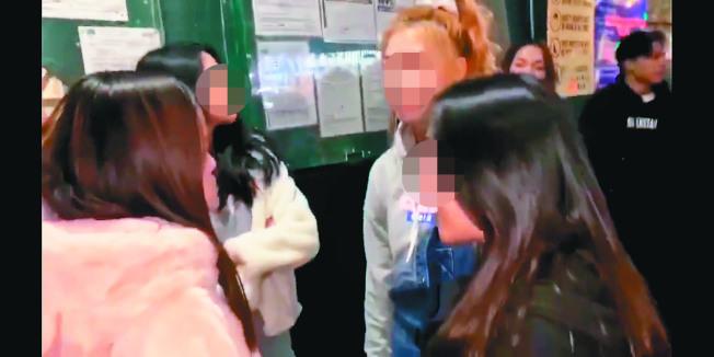 多名華裔青少年霸凌者對著一名身穿粉紅色外套華裔少女出言辱罵。(讀者提供)