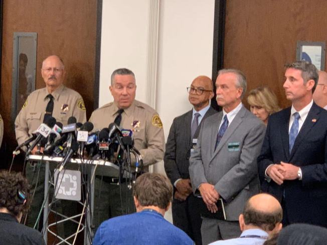 洛杉磯縣警察局局長維拉紐瓦(Alex Villanueva)14日在負責搶救部分傷者的Henry Mayo Newhall 醫院召開記者會。(記者王子銘/攝影)