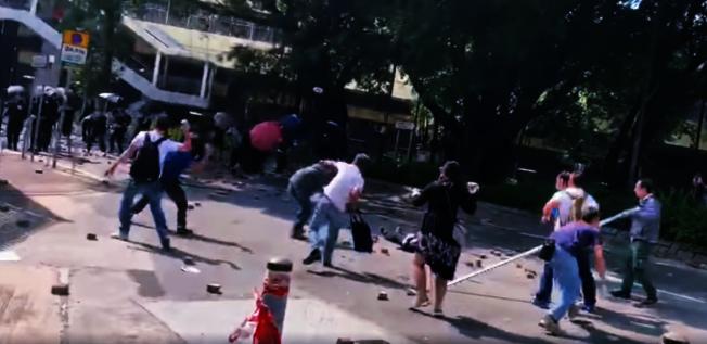 一名70歲的外包清潔人員,在不明狀況下,涉入13日上水街頭的黑衣人與親中人士衝突,卻遭「亂磚」擊中太陽穴,送醫急救後已於14日不治身亡。 (事頻截圖)
