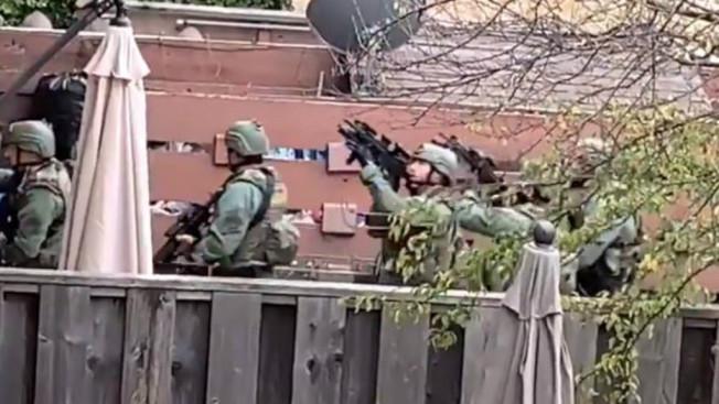 大批警察,持槍包圍馬連市一處公寓。(電視新聞截圖)