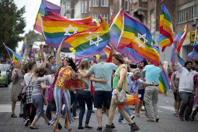 最新研究顯示,同性婚姻合法化之後,丹麥和瑞典同志伴侶的自殺率顯著下滑。圖為哥本哈根的同志遊行。(美聯社)