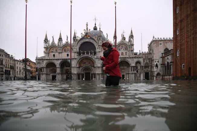水都威尼斯遭遇半世紀以來最大水患,洪水漫進著名的聖馬可大教堂。(Getty Images)
