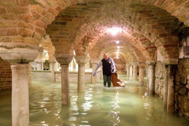 水都威尼斯遭遇半世紀以來最大水患,洪水漫進著名的聖馬可大教堂。(路透)