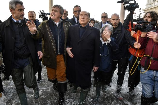 義大利前總理貝魯斯柯尼(左三)在威尼斯市長、當地選出的國會議員陪同下,實地了解威尼斯水患的嚴重性。(美聯社)
