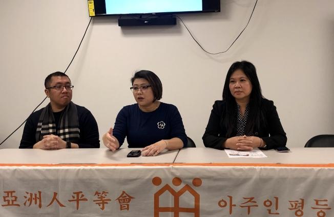 李芝薇(中)等介紹「紐約房屋維修」項目詳情,左為亞平會信貸中心副管理主任Eddie Wong,右為信貸中心諮詢經理李青。(記者朱蕾/攝影)