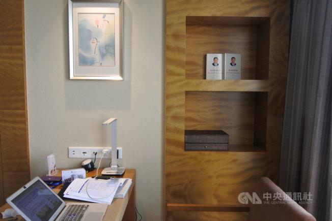 南京一家由江蘇新華報業傳媒集團投資的飯店房間內,擺放著英文版「習近平談治國理政」。(中央社)
