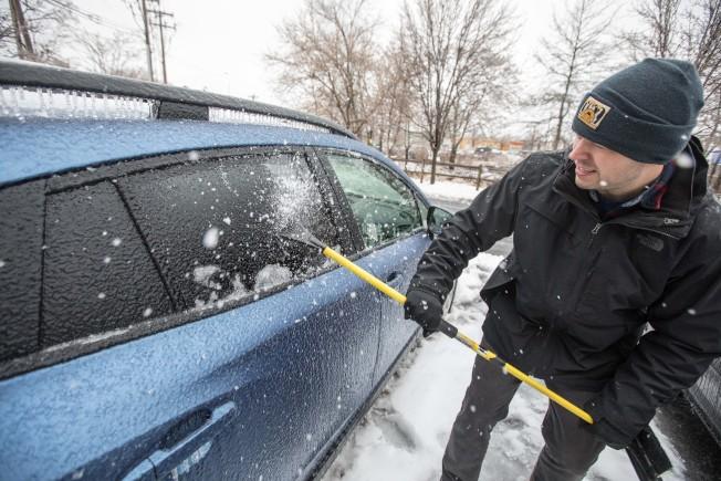 專家表示,發動汽車加暖,並不是防止汽車結凍的好方法。(Getty Images)
