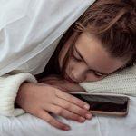 調查:1/3青少年與手機同眠