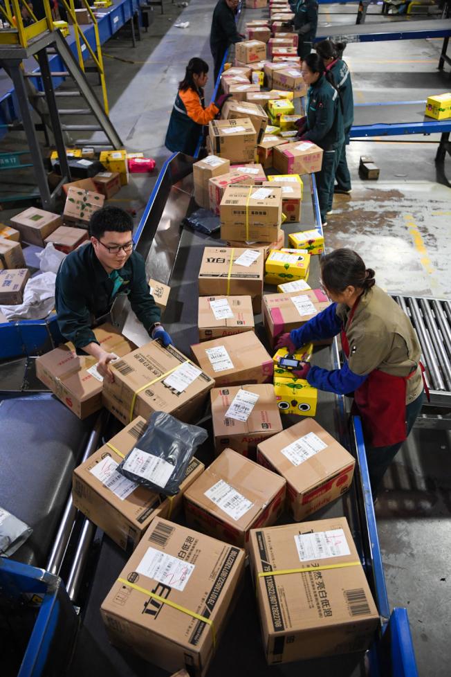 中國快遞包裝廢棄物中的紙箱,只有不到5%被重複使用。(中新社)