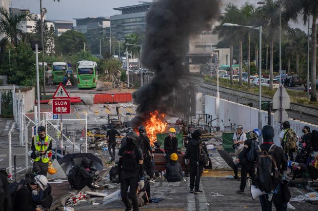 11日迄今,香港中文大學二號橋成為警察與蒙面示威者攻防的主戰場。(中通社)