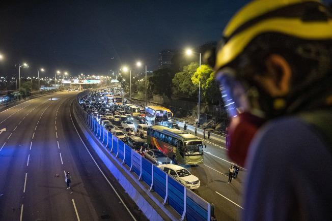 11日迄今,香港中文大學二號橋成為警察與蒙面示威者攻防的主戰場,主因是二號橋下的吐露港公路遭示威者以雜物堵塞,並丟擲異物,造成交通癱瘓。(中通社)