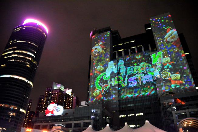2019新北歡樂耶誕城15日晚間點燈開城,將持續維持到2020年元旦;今年主燈秀特色為結合3D光雕投影及雷射光束,投射於市府大樓及板橋車站大樓。圖為耶誕城14日晚間試燈情形。中央社