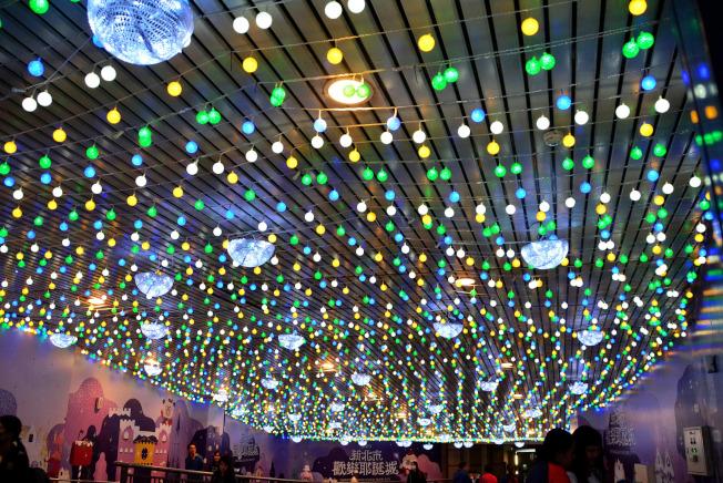 2019新北歡樂耶誕城15日晚間將正式點燈開城,活動地點串連台鐵板橋車站,打造「雙塔一樹」的聲光體驗。展期持續至2020年元旦止。圖為108年11月14日晚間板橋車站裝置藝術點燈,吸引民眾參觀。中央社