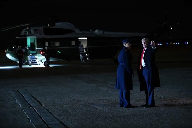 白宮在聽證會開始前,公布川普(右)與烏克蘭總統澤倫斯基今年4月首度通話的紀錄。圖為川普15日回到華府時步下空軍一號。(Getty Images)