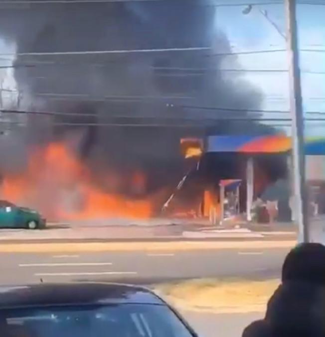 馬州蒙郡華裔聚集的洛克維爾市一加油站15日早晨突發二級大火。圖取自視頻截圖
