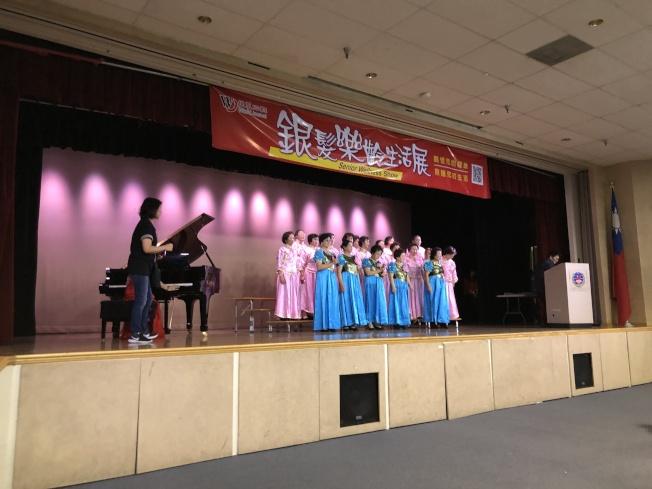 開場由長庚健康中心合唱團和舞蹈社以及土風舞社帶來熱鬧歌舞。(記者李雪/攝影)