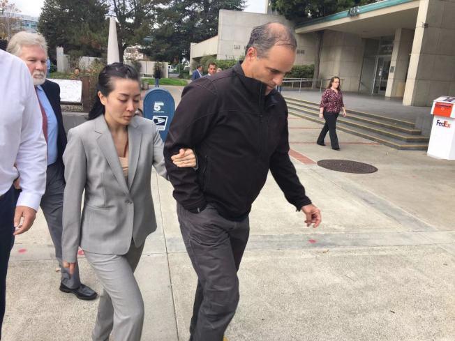 李薇(Tiffany Li,左)被裁定無罪之後,當庭落淚,隨即在親友陪同下離開法庭。(記者李晗 / 攝影)