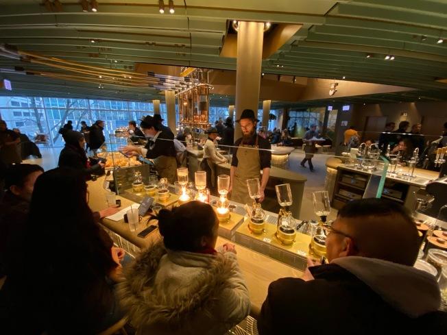 全球最大星巴克店,今在芝加哥開幕,吸引許多咖啡迷前往朝聖。特派員黃惠玲/攝影