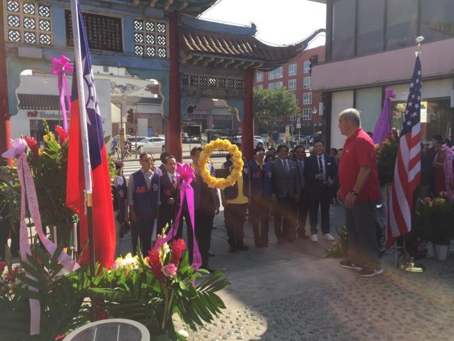 中華民國退伍軍人協會南加州分會向國父銅像獻花。(楊震南提供)