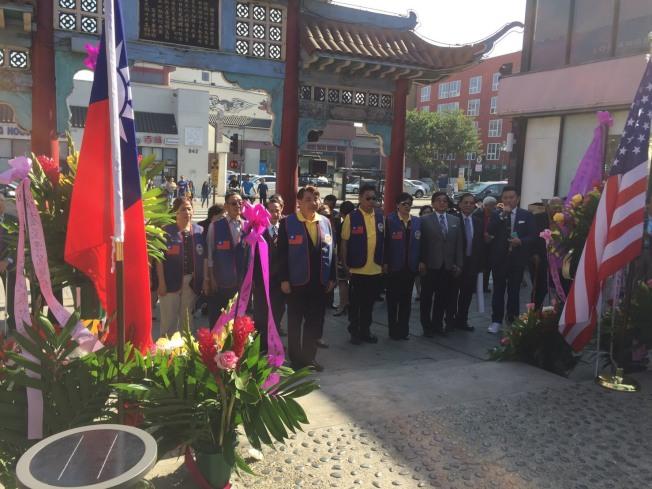 中華民國退伍軍人協會南加州分會向國父銅像致敬。(楊震南提供)