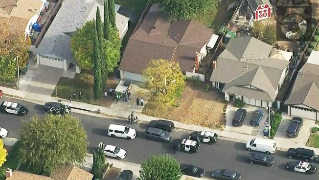 由電視台的空中截圖可見,大批警車前往兇嫌家中搜查。(美聯社)