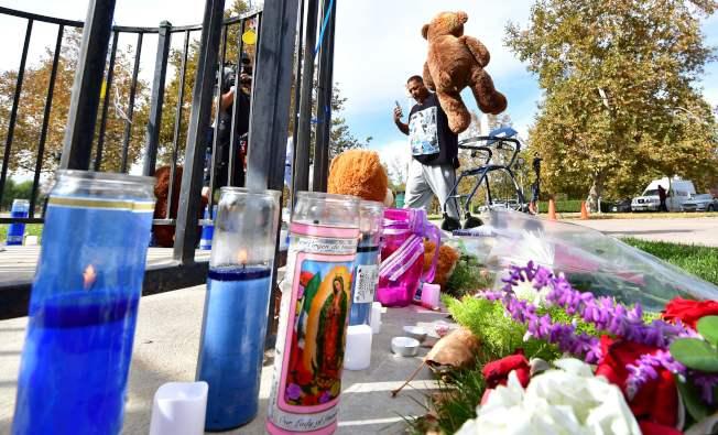 發生校園槍擊案的南加州索格斯高中,門口擺放鮮花、蠟燭和玩具,追悼死者。(Getty Images)