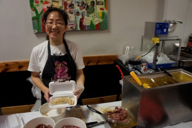 司徒曉昉製作大腸包小腸的花生米腸。(記者陳曼玲/攝影)