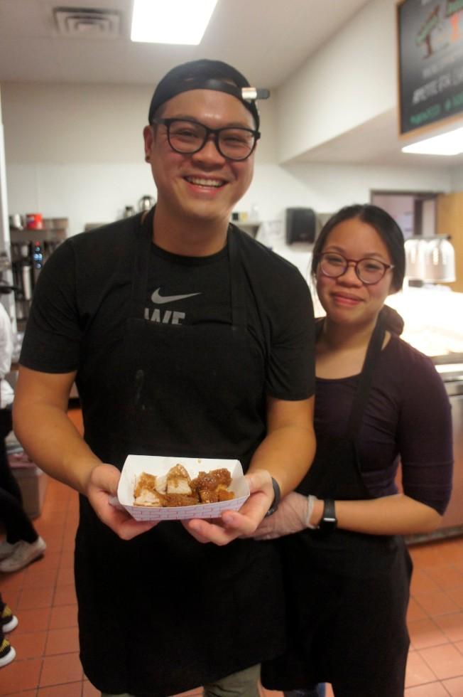馮哲剛(左)與女友林佳葦的夜市攤位賣鹽酥雞和炸豬排。。(記者陳曼玲╱攝影)
