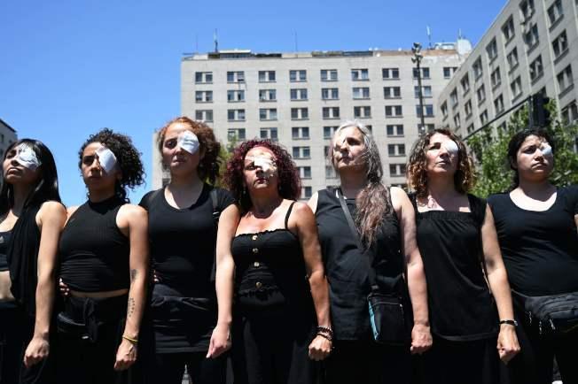 智利示威者眼睛貼紗布,表達對警方血腥鎮壓不滿。(Getty Images)