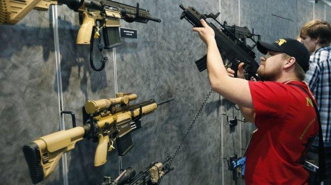 新州超過三分之二的受訪者支持在全美禁止攻擊性武器(assault weapons)。(美聯社)