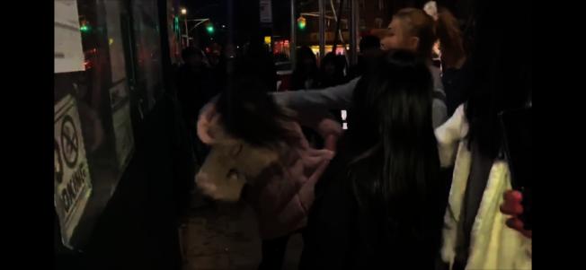 受害少女被施暴少女推打,幾乎向後摔倒。(視頻截圖,讀者提供)