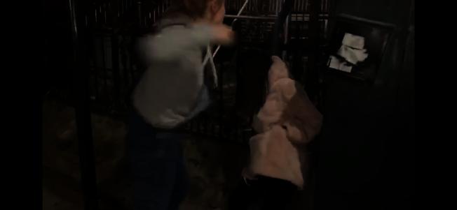 施暴少女用拳頭砸向受害少女的頭部。(視頻截圖,讀者提供)