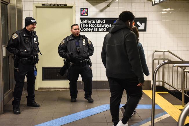 MTA打算花2億4900萬元增雇500名捷運警察遭到抨擊。圖為紐約市警巡邏地鐵站。(Getty Images)
