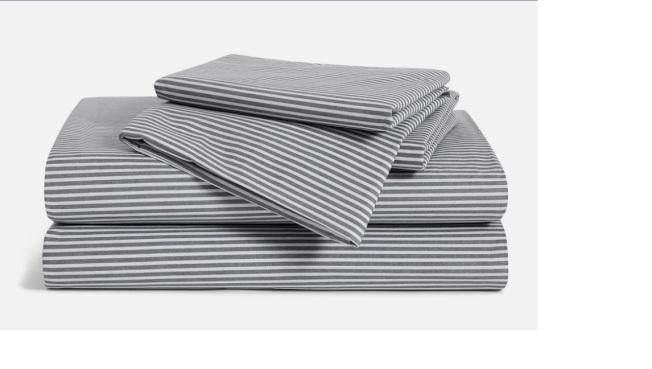 條紋床單可以改變臥室色調。(Amazon)