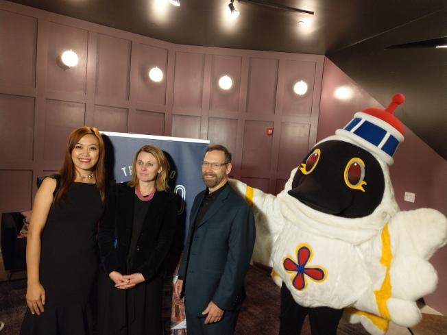 澳門旅遊局美國代表陳麗政(從左至右)、和Julie及AL還有吉祥物麥麥合影。(記者張宏/攝影)
