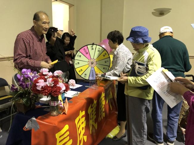 銀髮樂齡生活展有眾多攤位為出席者提供全方位的資訊。(記者李雪/攝影)