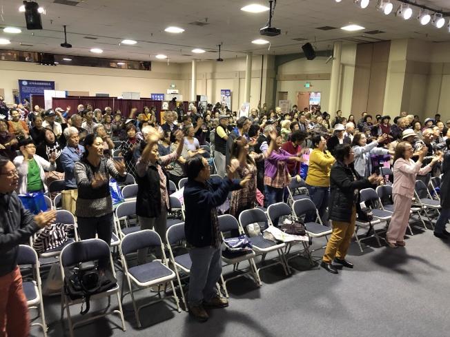 講座間隙,現場數百人跟著學習舞蹈,活動手腳和關節。(記者李雪/攝影)