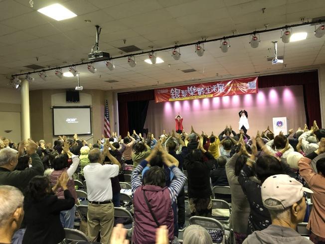 講座間隙,現場數百人積極學習舞蹈,活動手腳和關節。(記者李雪/攝影)