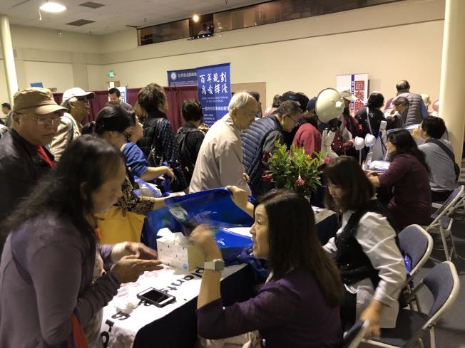 銀髮樂齡生活展,眾多攤位為讀者提供全方位的資訊。(記者李雪/攝影)