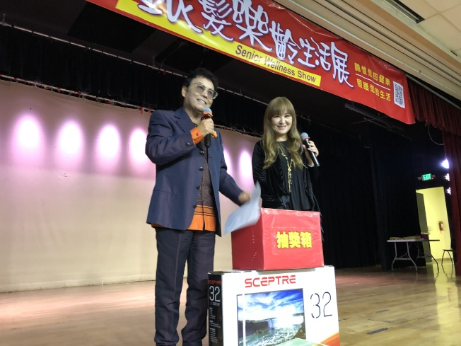 張富美(右)在世報銀髮樂齡生活展活動現場參加抽獎環節。(記者李雪/攝影)