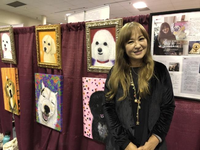 張富美現場展出自己的幾幅畫作。(記者李雪/攝影)